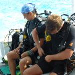Duikers bereiden zich voor op een duik voor de kust van Bonaire