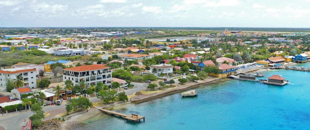 Kralendijk Bonaire vanaf de lucht gezien