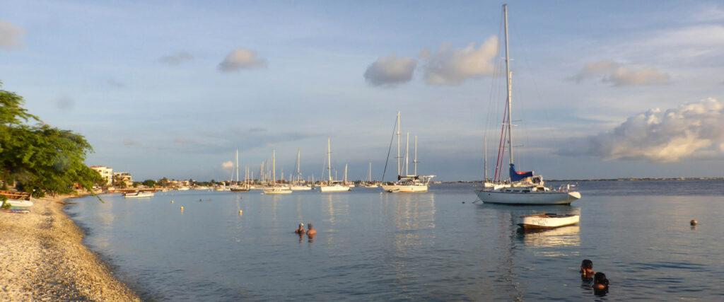 Kustlijn Kralendijk Bonaire met zwemmende mensen en zeilboten