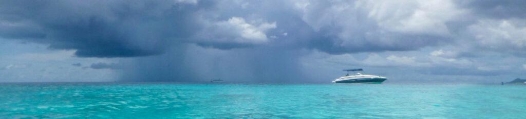 Een Regenbui boven de zee Bonaire