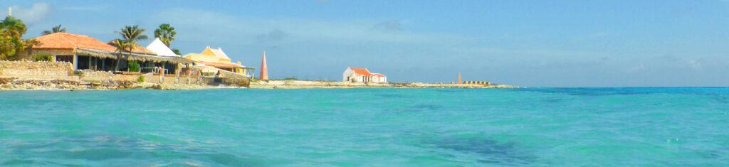 Slavenhuisjes Bonaire vanaf zee gezien