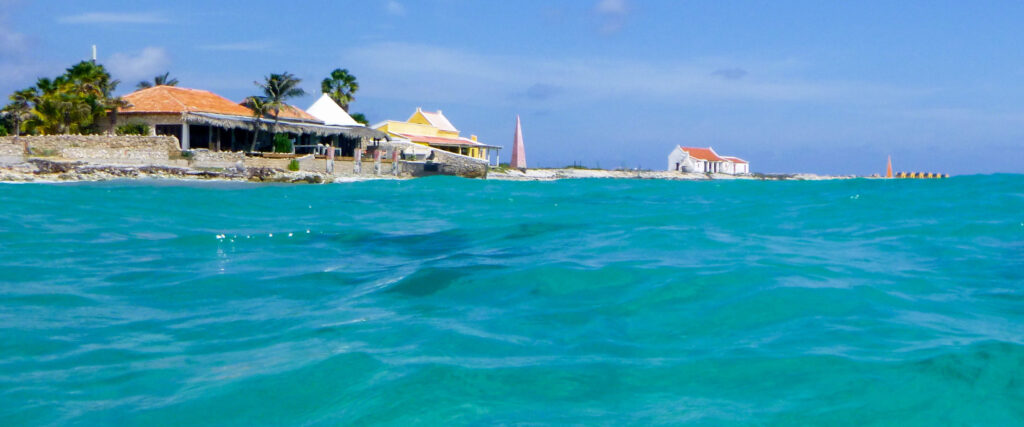 Slavenhuisjes Bonaire vanaf de zee gezien