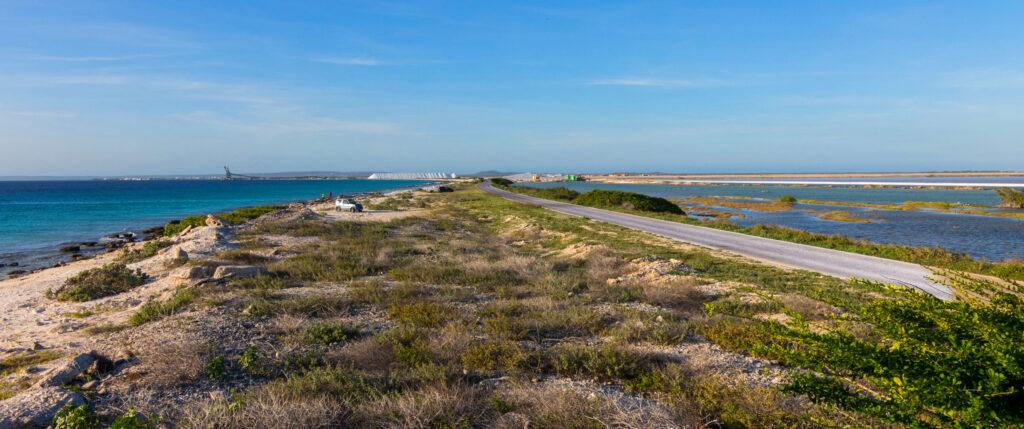 De kustlijn met zicht op de zoutpier van Bonaire