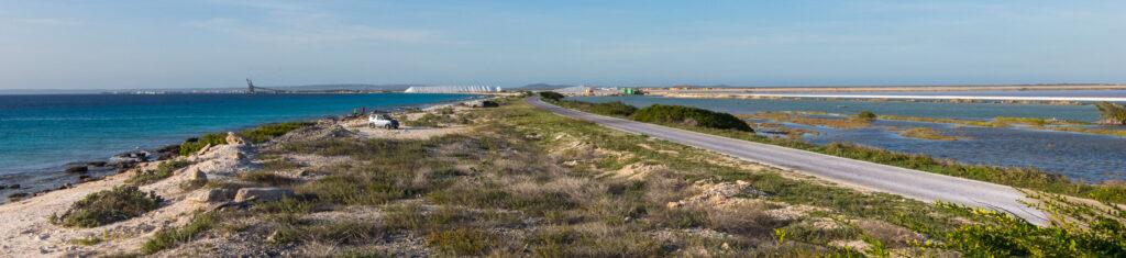 Kustlijn met zicht op de zoutpier van Bonaire