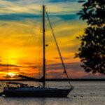 Sunset Bonaire met op voorgrond een zeilschip