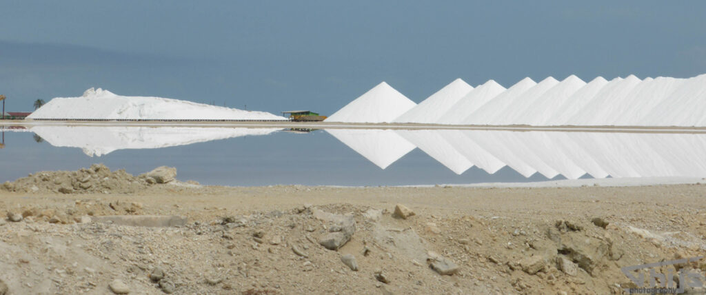 De zoutpannen van Bonaire met spiegeling in het water
